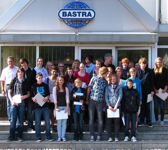 Bastra Schüler der FSG vor dem Eingang